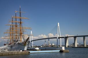 新湊大橋と海王丸の写真素材 [FYI04570198]