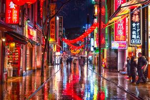 雨の日の中華街夜景 chinatown nightview on a rainy dayの写真素材 [FYI04570348]