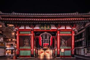 コロナウィルスで閑散とする浅草寺 Sensoji Temple Quiet During Coronavirus の写真素材 [FYI04570358]