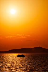 夕暮れの海と船 sunset sea and shipの写真素材 [FYI04570362]
