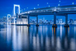 東京湾夜景&東京レインボーブリッジ TokyoWaterfront Nigtviewの写真素材 [FYI04570364]