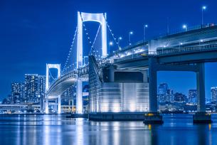 東京湾夜景&東京レインボーブリッジ TokyoWaterfront Nigtviewの写真素材 [FYI04570365]