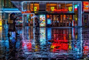 雨の日の繁華街(東京) Downtown area of rain(Tokyo Japan)の写真素材 [FYI04570367]
