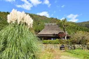 京都,青空の美山かやぶきの里の写真素材 [FYI04570542]