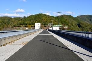 京都,青空の日吉ダムの写真素材 [FYI04570557]