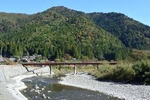 京都,美山かやぶきの里付近の由良川の写真素材 [FYI04570563]