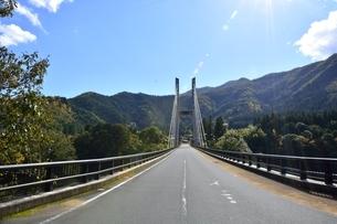 青空と由良川に架かる菅野橋の写真素材 [FYI04570573]