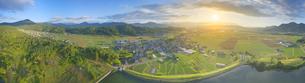 山田池上空から望む塩田平レイラインと朝日のパノラマの写真素材 [FYI04570585]