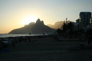 ブラジル・イパネマ海岸の夕景の写真素材 [FYI04570731]