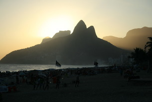 ブラジル・イパネマ海岸の夕景の写真素材 [FYI04570732]