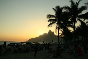 ブラジル・イパネマ海岸の夕景の写真素材 [FYI04570741]