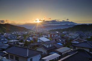 さるすべり小道から望む別所温泉と朝日と浅間山遠望の写真素材 [FYI04570772]