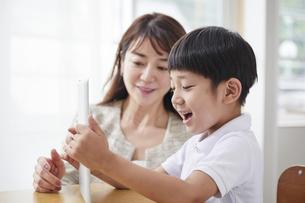 タブレットPCを見る小学生の男の子の写真素材 [FYI04570835]