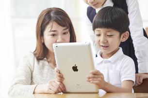 タブレットPCを見る小学生の男の子の写真素材 [FYI04570843]