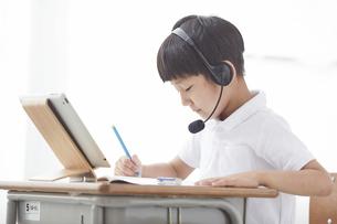 タブレットPCを見る小学生の男の子の写真素材 [FYI04570860]
