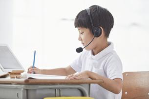 タブレットPCを見る小学生の男の子の写真素材 [FYI04570861]
