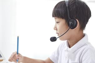 タブレットPCを見る小学生の男の子の写真素材 [FYI04570863]