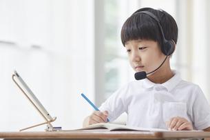 タブレットPCを見る小学生の男の子の写真素材 [FYI04570866]