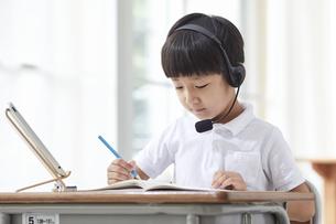 タブレットPCを見る小学生の男の子の写真素材 [FYI04570867]