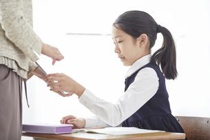 タブレットPCを見る小学生の女の子の写真素材 [FYI04570877]