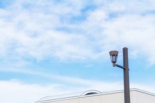 秋空と街灯の写真素材 [FYI04570882]