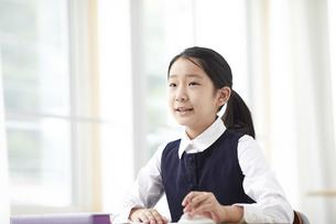 勉強する制服を着た小学生の女の子の写真素材 [FYI04570915]