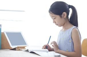 タブレットPCで勉強する小学生の女の子の写真素材 [FYI04570945]