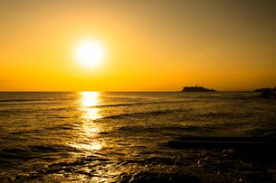 稲村ヶ崎からみた江ノ島と夕焼けの写真素材 [FYI04571000]