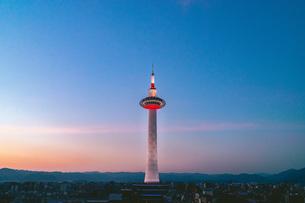 黄昏時の京都タワーの写真素材 [FYI04571219]