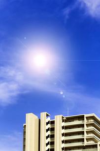 青空と太陽光と高層マンションの写真素材 [FYI04571342]