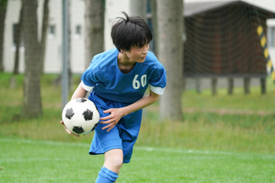 サッカーをする少年の写真素材 [FYI04571457]