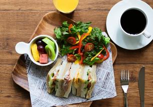 サンドイッチと野菜サラダのランチプレートの写真素材 [FYI04571710]