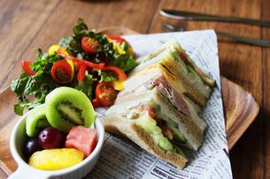 サンドイッチと野菜サラダのランチプレートの写真素材 [FYI04571711]