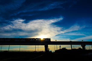 立日橋を走る多摩モノレールの写真素材 [FYI04571859]