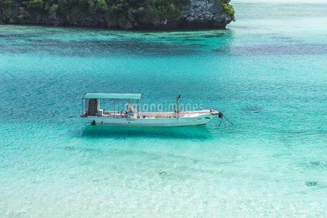 海に浮かぶ船の写真素材 [FYI04571941]