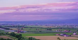 北海道 自然 風景 富良野盆地の夕暮れの写真素材 [FYI04571948]