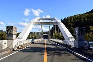 京都,日吉ダムに架かる大橋の写真素材 [FYI04572595]