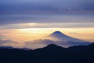 南アルプス赤石岳より望む朝日を浴びる富士山の写真素材 [FYI04572603]