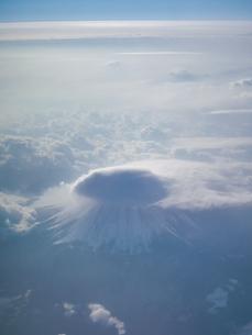 富士山 笠雲 空撮の写真素材 [FYI04572721]