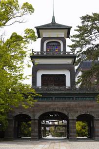 尾山神社 神門の写真素材 [FYI04572874]