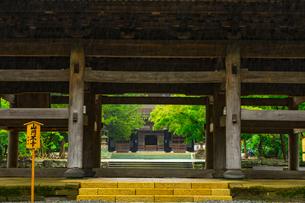 円覚寺の山門から見る仏殿の写真素材 [FYI04573243]