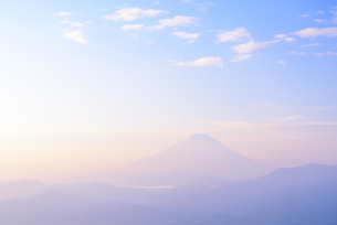 山梨県 霞んだ空の淡い富士山の写真素材 [FYI04573818]