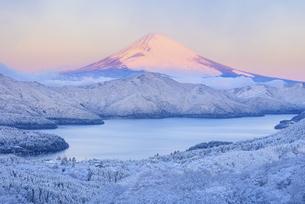神奈川県 雪景色の箱根より紅富士の写真素材 [FYI04573820]