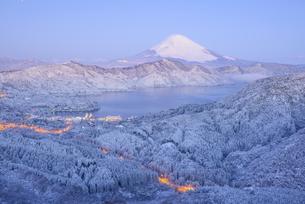 神奈川県 降雪の箱根山地より富士山の写真素材 [FYI04573829]