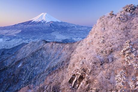 山梨県 三ッ峠山より望む富士山と雪景色の写真素材 [FYI04573833]