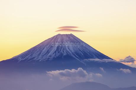 山梨県 夜明けの富士山の写真素材 [FYI04573835]