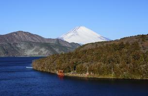 神奈川県 芦ノ湖越しに望む富士山の写真素材 [FYI04573844]
