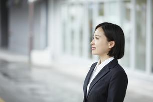 リクルートスーツを着て微笑む女性の写真素材 [FYI04574188]