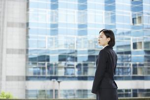ビル の背景とリクルートスーツを着た女性の写真素材 [FYI04574206]