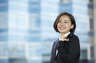 リクルートスーツを着た笑顔の女性の写真素材 [FYI04574212]